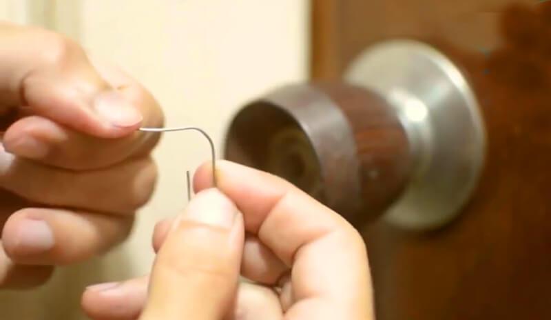 ¿Cómo abrir una puerta con seguro giratorio en casa?